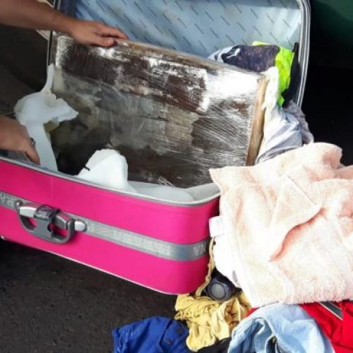 REGIÃO: Mulher é presa com 22 tabletes de maconha escondidos em mala