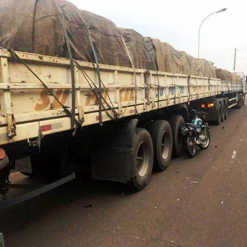 REGIÃO: Motociclista de 22 anos morre após colisão com carreta