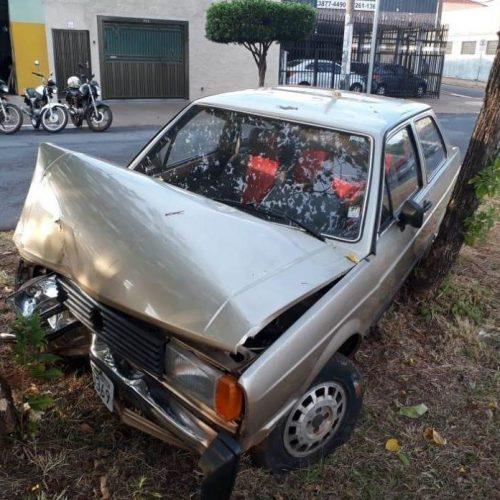 REGIÃO: Motorista bate em árvore e abandona carro com chave no contato