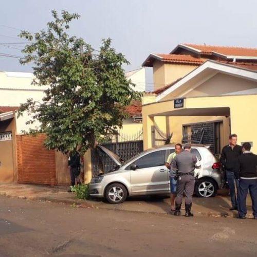 REGIÃO: Motorista desrespeita sinal, bate em ônibus e derruba portão de casa