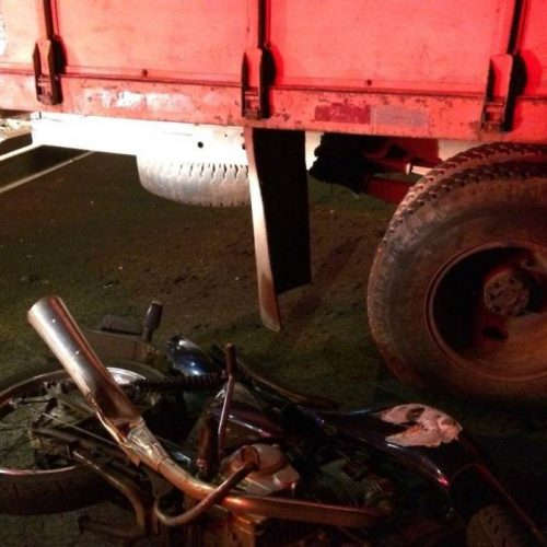 REGIÃO: Motociclista colide contra caminhão