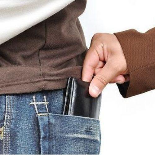 """BARRETOS: """"Trombadinha"""" furta celular e carteira no centro da cidade"""