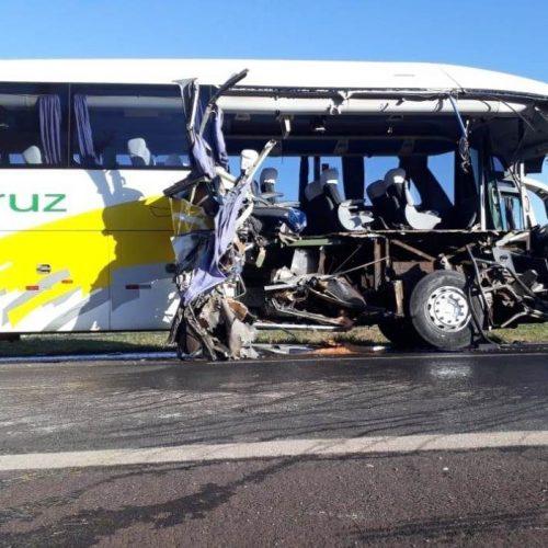 REGIÃO: Acidente entre ônibus e caminhão deixa uma mulher morta