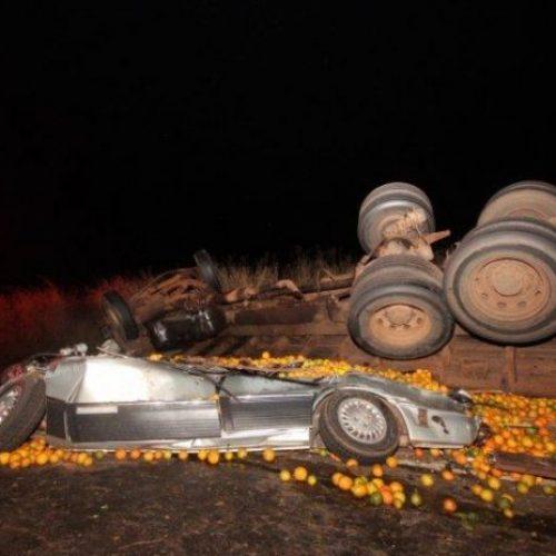 AVARELA SP: Caminhão carregado com laranja tomba e mata três pessoas da mesma família