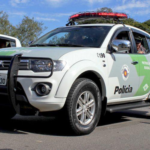 JABORANDI/TERRA ROXA: Policia Ambiental prende auxiliar geral e apreende pássaros, gaiolas, arma e munição em fazenda