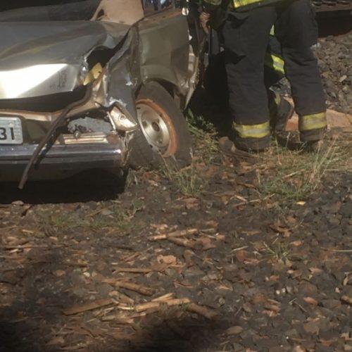 REGIÃO: Idoso fica ferido em acidente entre carro e trem