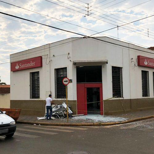 VIRADOURO: Grupo explode caixas eletrônicos e troca tiros com a PM no Centro