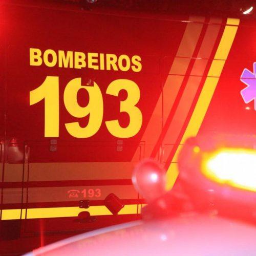 COLINA: Carro bate em árvore e homem morre no local
