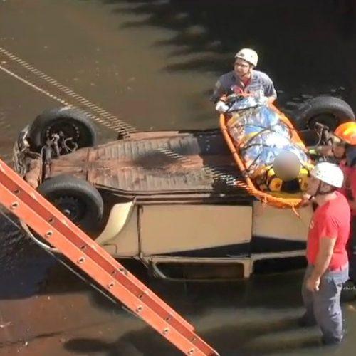 REGIÃO: Jovem fica ferida ao cair com carro em córrego
