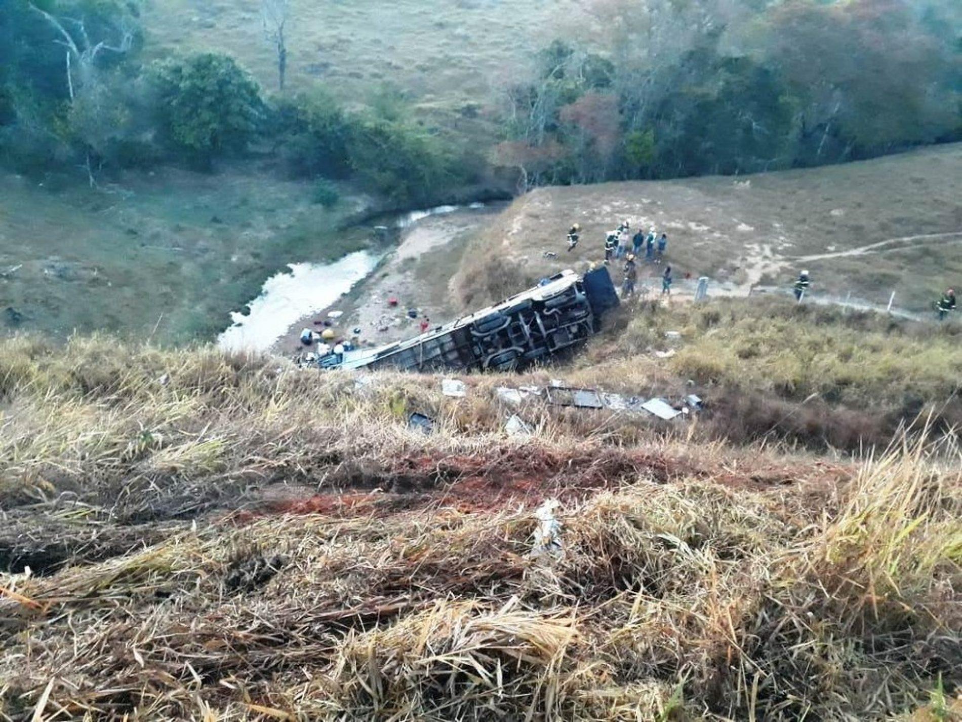 TRAGÉDIA: Ônibus capota na BR-146 e deixa mortos e feridos
