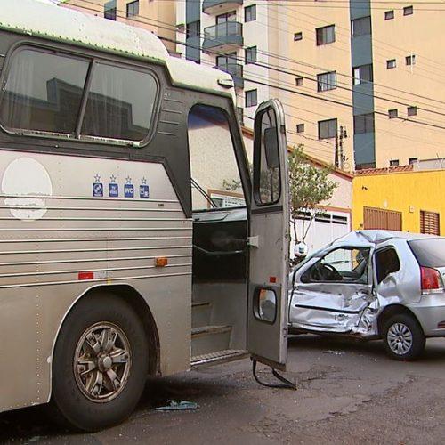 REGIÃO: Jovem fica ferido em colisão entre carro e ônibus de estudantes