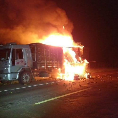 REGIÃO: Caminhão carregado com frutas pega fogo em rodovia Assis Chateaubriand