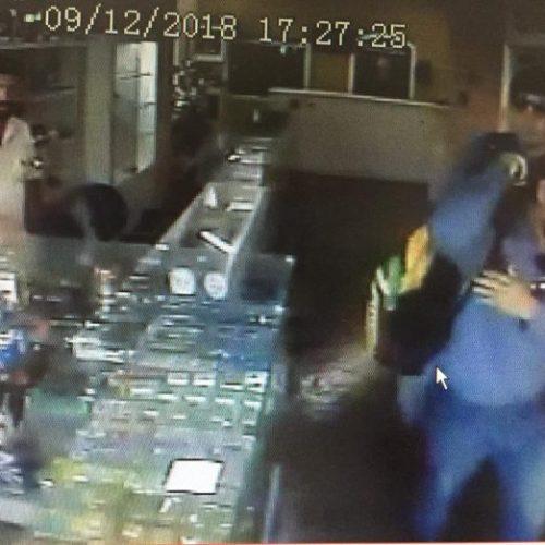 REGIÃO: Armados, homens ameaçam dono de loja e levam 30 celulares