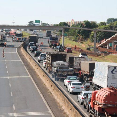 REGIÃO: Acidente entre dois caminhões trava trânsito na BR-153