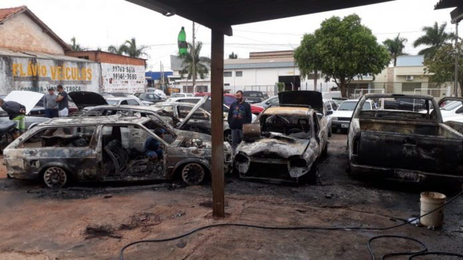 OLÍMPIA: Incêndio em revendedora atinge nove carros