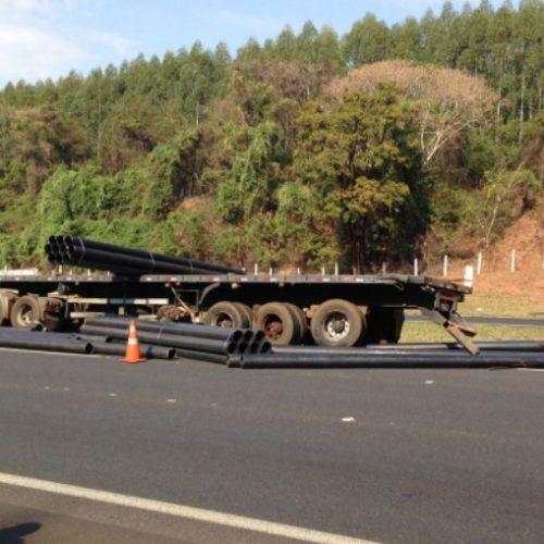 REGIÃO: Acidente com caminhões interdita faixa da rodovia Anhanguera