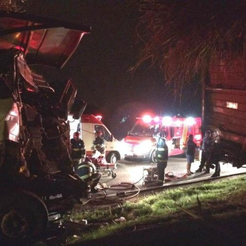 REGIÃO: Motorista fica preso nas ferragens em acidente com carretas