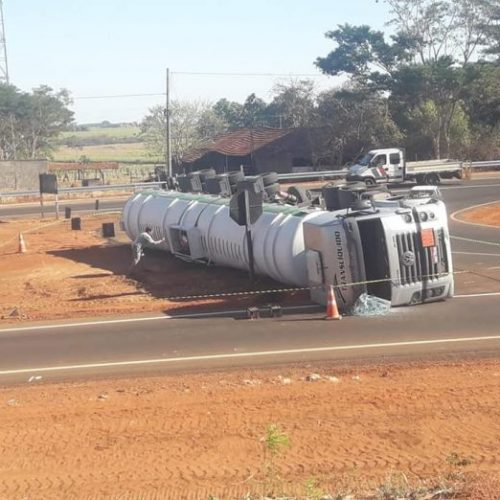 REGIÃO: Caminhão carregado de etanol tomba em trevo