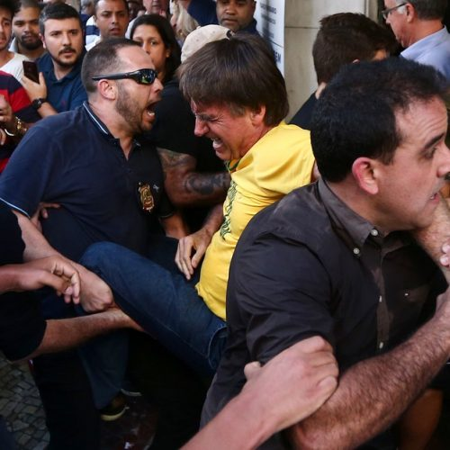 Bolsonaro leva facada durante ato de campanha em Juiz de Fora MG