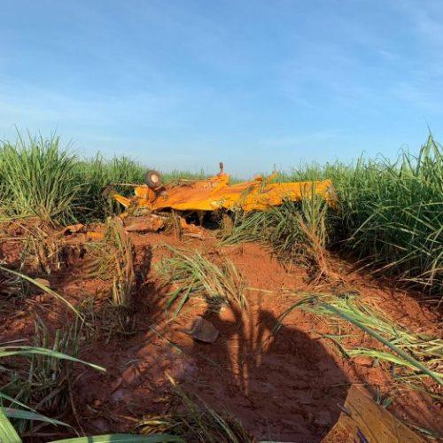 REGIÃO: Avião de pequeno porte cai em canavial