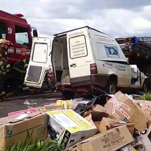 REGIÃO: Motorista morre após bater furgão na traseira de caminhão