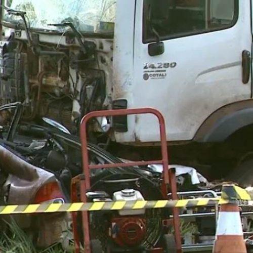 REGIÃO: Batida entre carro e caminhão deixa dois mortos