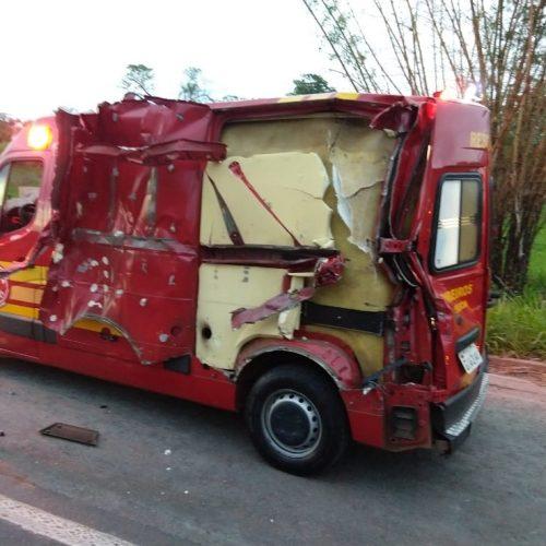 Viatura do Corpo de Bombeiros é atingida durante atendimento a acidente entre caminhões