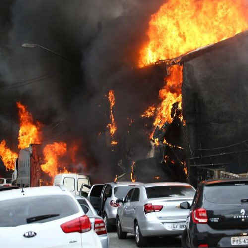 Avião de pequeno porte cai sobre casas em SP, deixa 2 mortos e feridos