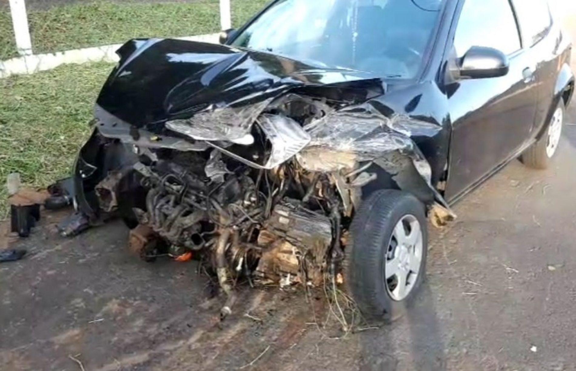 REGIÃO: Motorista é fechado por caminhão e colide contra defensa metálica