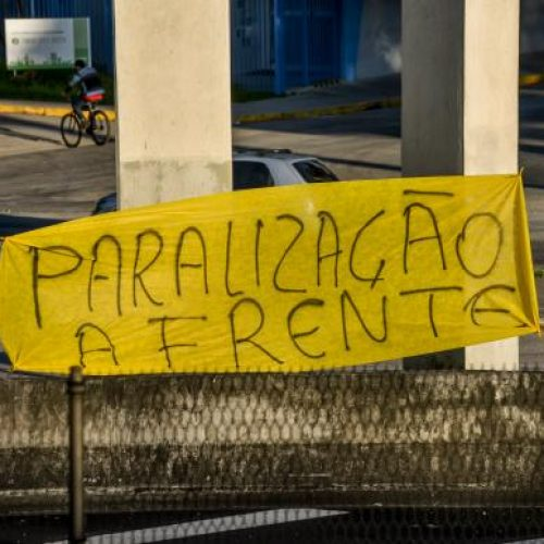 REGIÃO: Caminhoneiros interditam trecho da rodovia Presidente Dutra