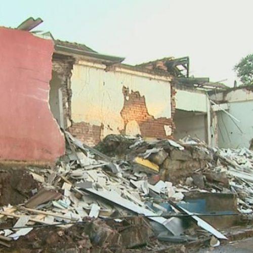 REGIÃO: Caminhão carregado de mármore invade casa durante madrugada