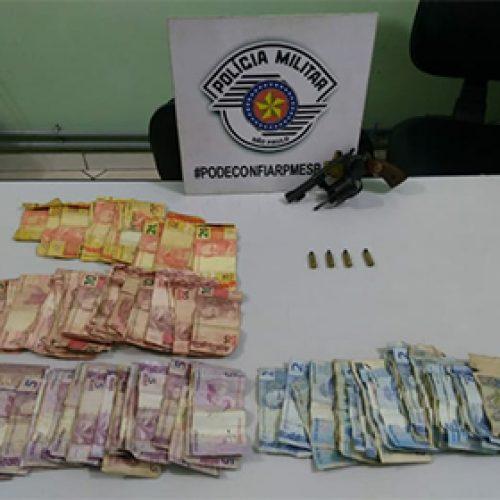BARRETOS:  Mulher é detida por posse de revólver e dinheiro suspeito