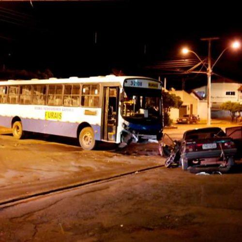 MIGUELÓPOLIS: Acidente entre ônibus e carro deixa vendedor preso as ferragens e seu estado de saúde é grave