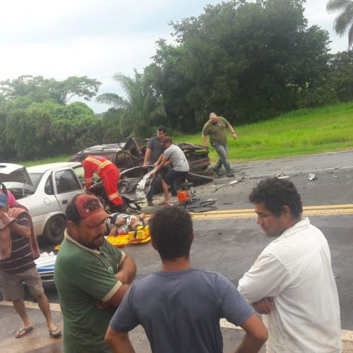 REGiÃO: Acidente entre caminhão-tanque e carros deixa dois mortos e quatro feridos na BR-153