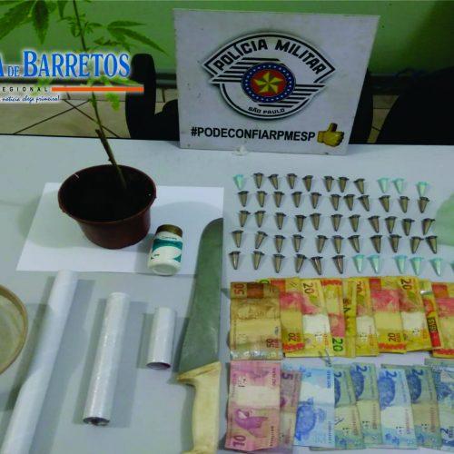 BARRETOS: Equipes da PM prendem homem por tráfico e apreendem muda de maconha, dezenas de pinos com cocaína, um carro e outros objetos