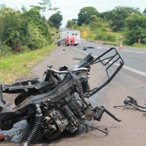 REGIÃO: Motociclista morre após bater contra caminhão na BR-153