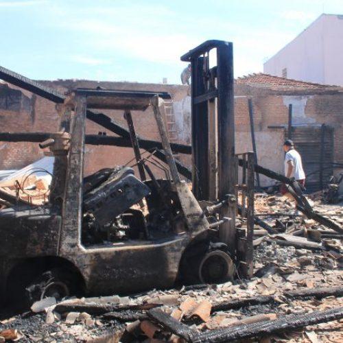 REGIÃO: Incêndio destrói depósito de reciclagem