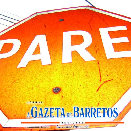 BARRETOS: Caminhão não respeita sinalização de PARE na Rua 16 e bate em carro na Avenida 43