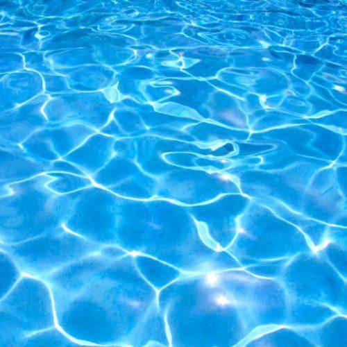 REGIÃO: Criança é encontrada boiando em piscina durante festa de aniversário