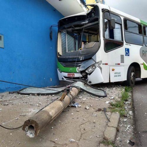 REGIÃO: Batida entre dois ônibus deixa quatro feridos hoje de manhã