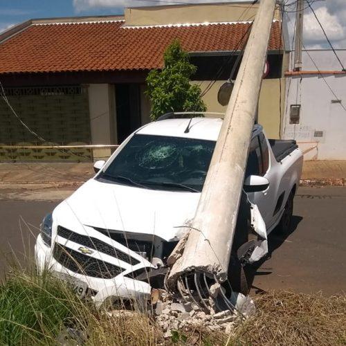 OLÍMPIA: Motorista dorme no volante, bate, derruba poste e fere namorada levemente