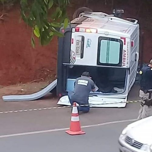 REGIÃO: Ambulância bate em barranco, tomba e passageira morre