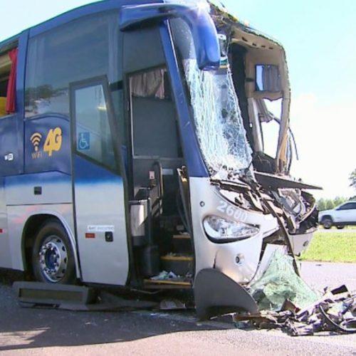 REGIÃO: Acidente entre ônibus e caminhão deixa 5 feridos