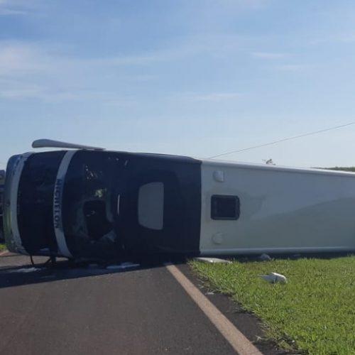 REGIÃO: Ônibus com 60 pessoas tomba em rodovia sentido Morro Aguda