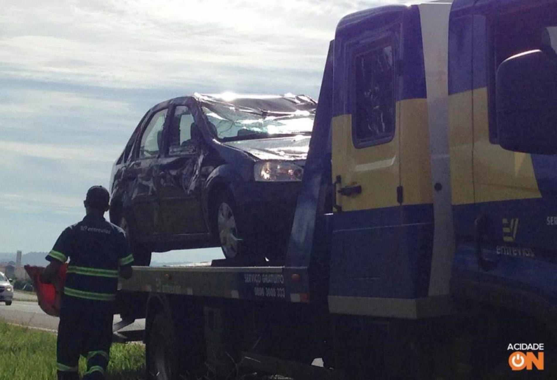 REGIÃO: Carro capota após motorista tentar desviar de cachorro em rodovia