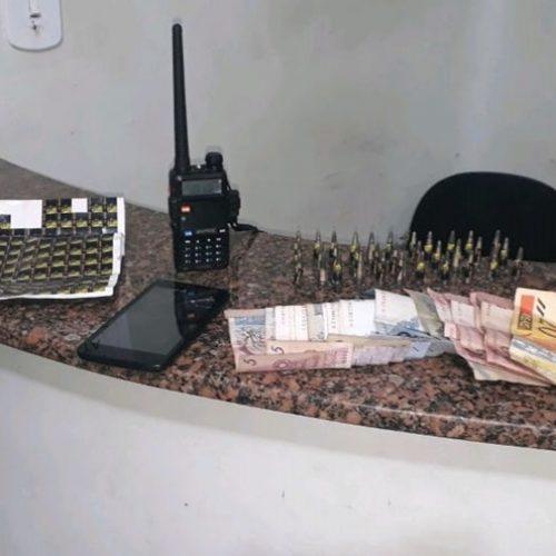 """OLÍMPIA: Policia prende """"Bonitinho"""" traficando drogas e apreende rádio comunicador, dinheiro e outros objetos"""