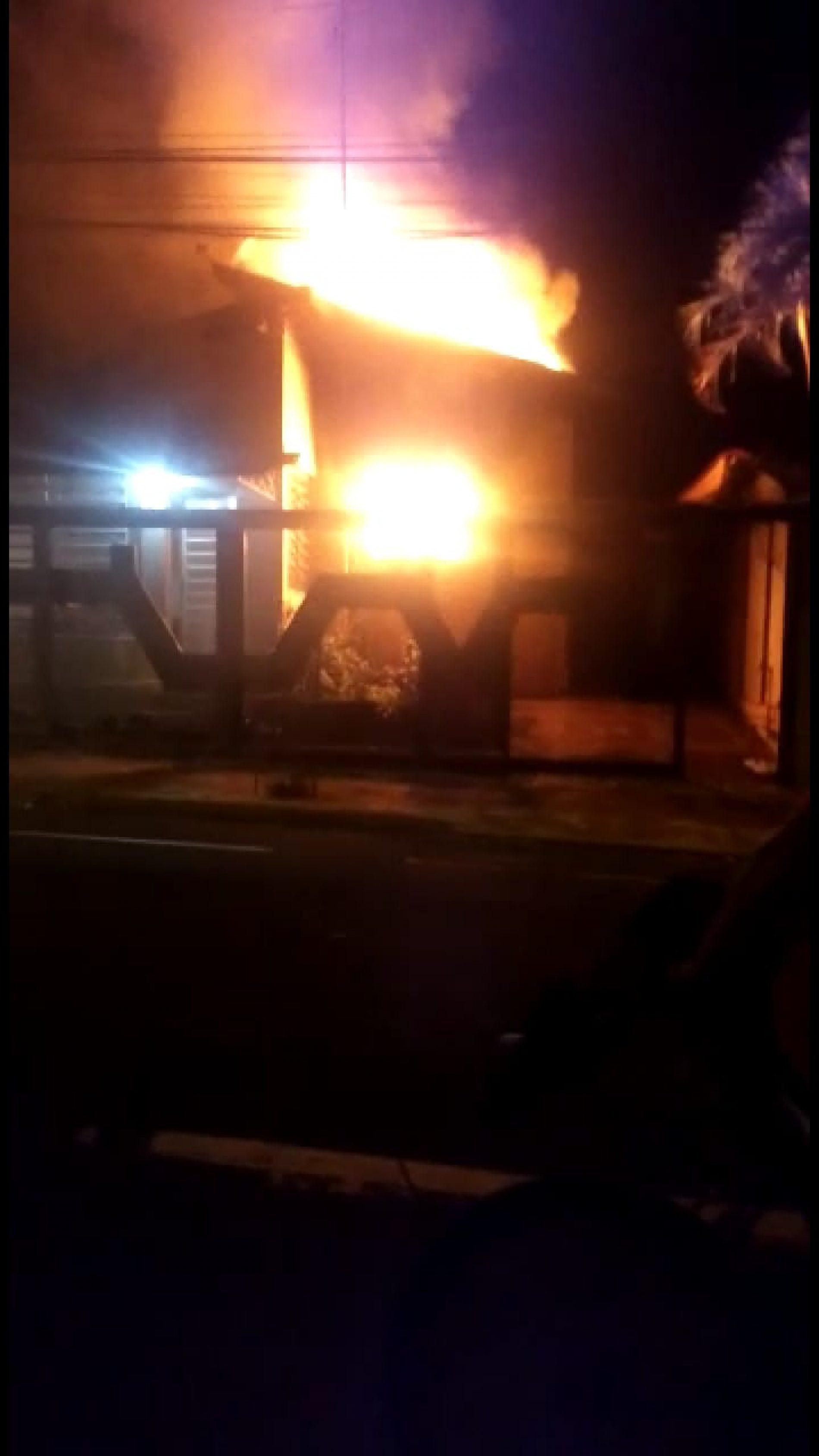 BARRETOS: Bombeiros combatem incêndio em residência ateado por proprietária do imóvel