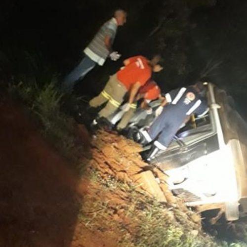 GUARACI: Ônibus de trabalhadores rurais vai desviar de animais na pista e tomba no acostamento