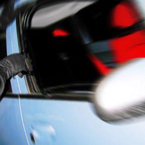 BARRETOS: Comerciante esquece bolsa no carro e ladrão furta dinheiro, talões de cheques e cartões bancários