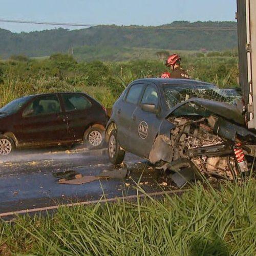 REGIÃO: Acidente envolvendo 4 carros e 6 caminhões deixa um morto